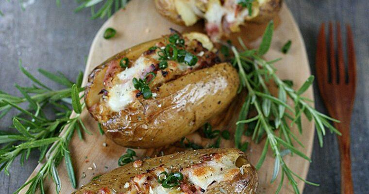 Młode ziemniaki nadziewane porem i szynką